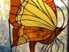 Witraż wiszący na tle szklanej ściany przy drzwiach tarasowych lewy (100x50cm)